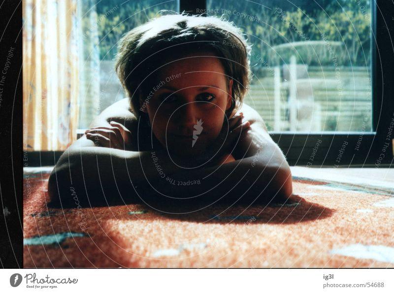 rücklicht Fenster Teppich Frau liegen Gardine grinsen Schulter Terrasse Gegenlicht Hand Jugendliche Pubertät frisch braun Reflexion & Spiegelung window