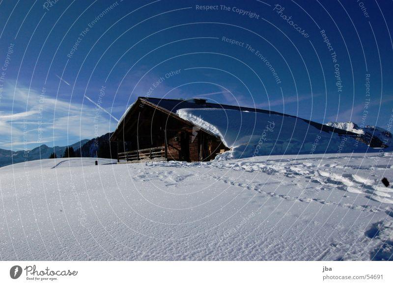 einsam Himmel Sonne Winter Haus Schnee Berge u. Gebirge Holz glänzend Dach Klarheit Spuren Landwirtschaft Hütte Scheune Alm