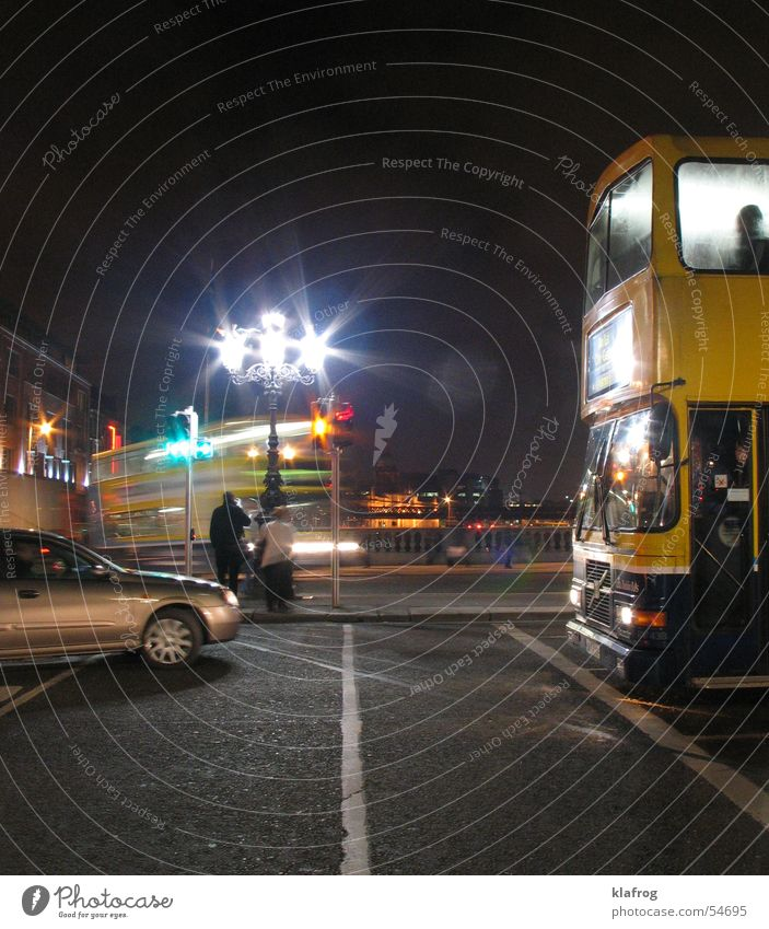 Rush at night Stadt dunkel Bewegung Verkehr stoppen Bus Ampel Halt Republik Irland abbiegen Dublin Berufsverkehr Doppeldecker-Bus