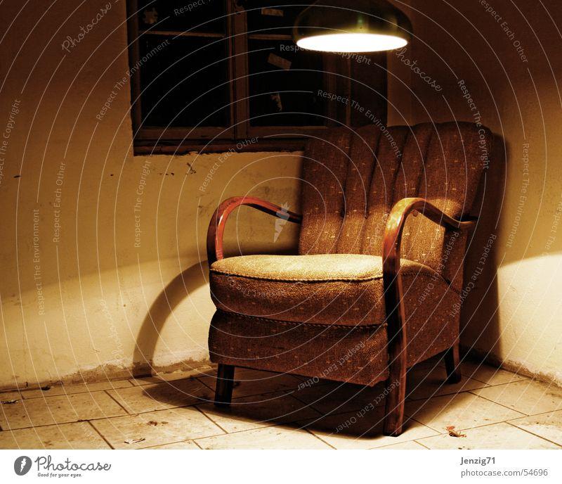 SitzEcke. alt ruhig Lampe Erholung Holz braun sitzen retro Pause Stoff Sitzgelegenheit Sessel gebraucht Sessellehne