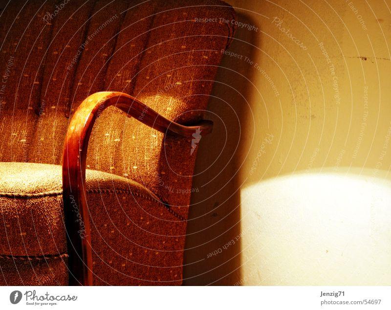Altes Teil. alt ruhig Erholung Holz braun sitzen retro Pause Stoff Sitzgelegenheit Sessel gebraucht Sessellehne