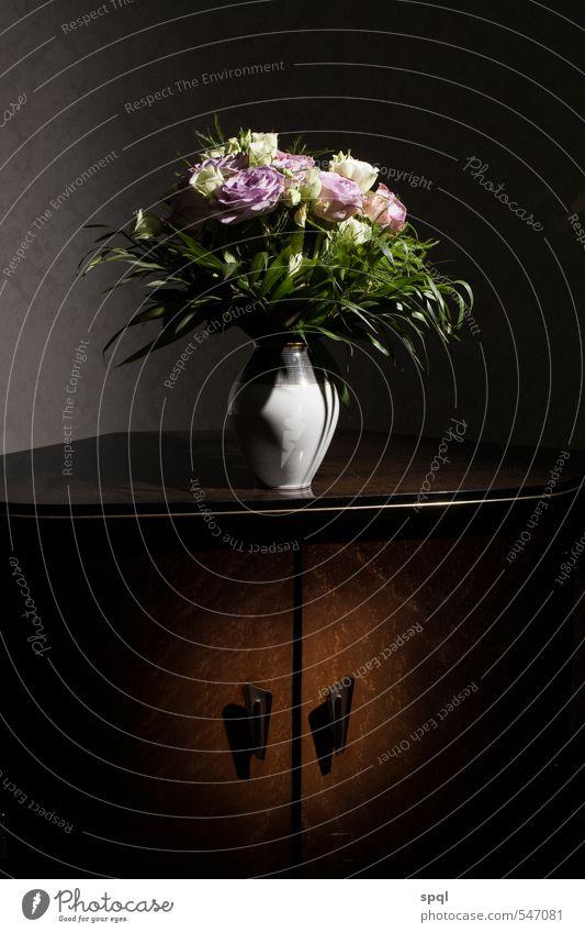 Blumenstrauß auf alter Kommode Holz ästhetisch dunkel glänzend retro braun schwarz Romantik schön ruhig Kunst Mode Stil Traurigkeit Zeit Schrank Hochformat