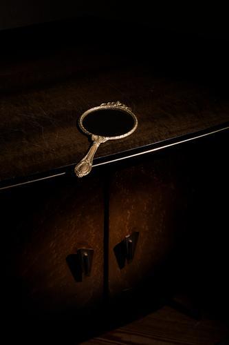 Spiegel auf Kommode alt schön ruhig schwarz dunkel Traurigkeit Holz Stil Zeit Mode Kunst braun gold glänzend Häusliches Leben Gold