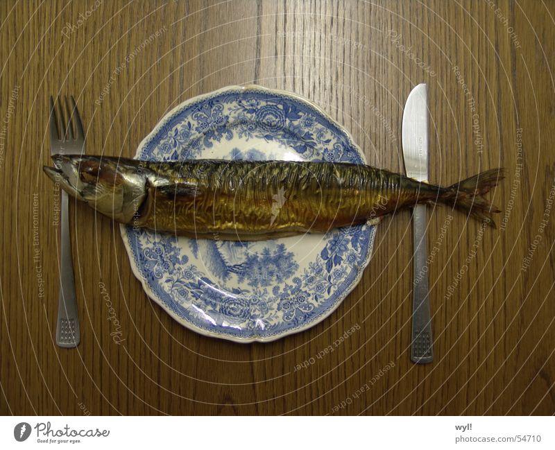 Mahlzeit Fisch. Makrele Hering geräuchert Teller Besteck Tisch Freitag frisch Fischgräte lecker makaber Ernährung Schwimmhilfe Räucherfisch