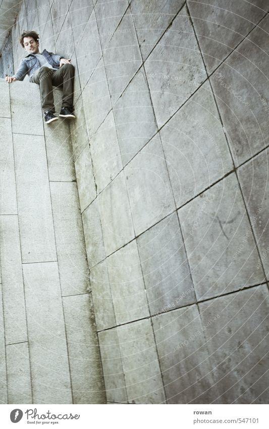 höhenangst Mensch maskulin Junger Mann Jugendliche Erwachsene 1 bedrohlich Höhe Höhenangst Am Rand Trick Illusion lustig tief fallen sitzen Blick nach unten
