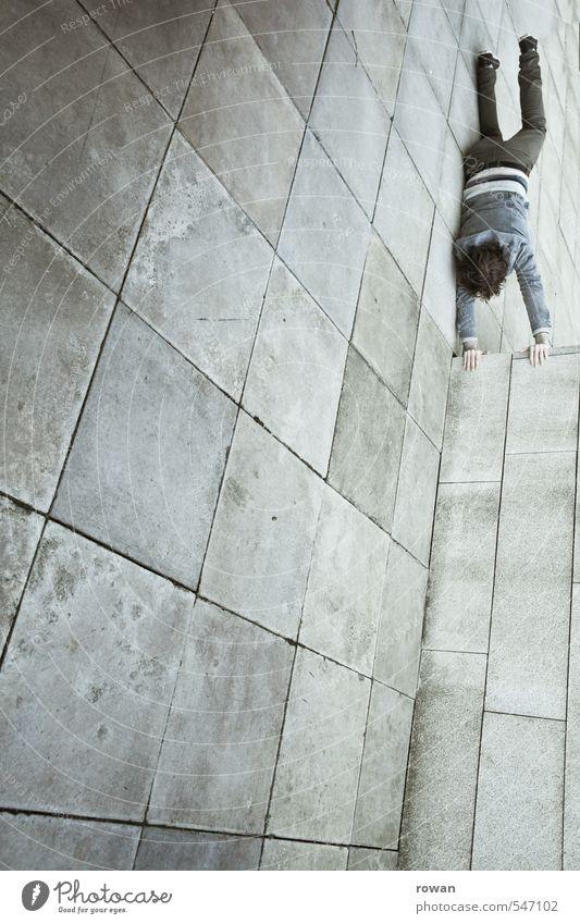 handstand Mensch maskulin Junger Mann Jugendliche Erwachsene 1 Mauer Wand Fassade bedrohlich Handstand Am Rand Ecke Höhe tief fallen gefährlich Risiko