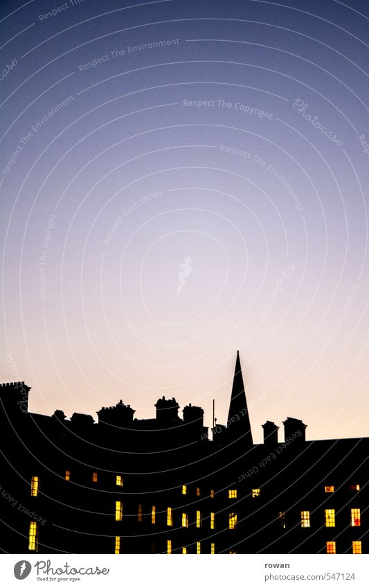 kalte nacht Stadt Stadtzentrum Skyline Haus Bauwerk Gebäude Fassade dunkel Fenster Lichtschein Schornstein Silhouette Adventskalender Turmspitze Dach England