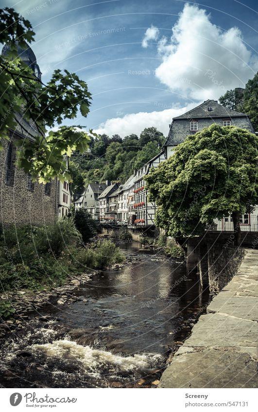 Städchenidyll Tourismus Ausflug Städtereise Bach Fluss Monschau Kleinstadt Altstadt Haus Kirche Fachwerkfassade Fachwerkhaus Sehenswürdigkeit entdecken Erholung