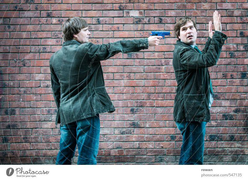 hände hoch! Mensch maskulin Mann Erwachsene Mauer Wand bedrohlich Waffe Pistole erpressen Spielzeug Spielzeugwaffen Überfall entwenden Hinterhalt Kriminalität