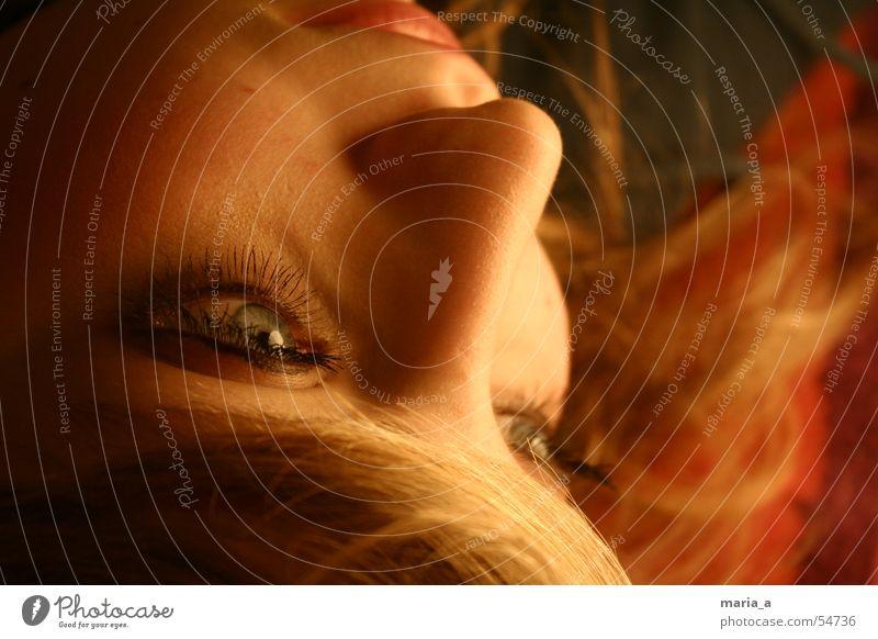 verträumt Frau Jugendliche Gesicht Auge Erholung feminin Denken träumen Zufriedenheit blond Nase Geschwindigkeit Kosmetik Geistesabwesend Kajal
