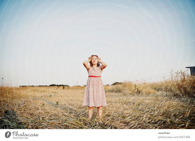 die hörner zeigen weiblich Kind Mädchen junges Mädchen Jugendliche Junge Frau Kindheit 8-13 Jahre Umwelt Natur Landschaft Wolkenloser Himmel Sommer