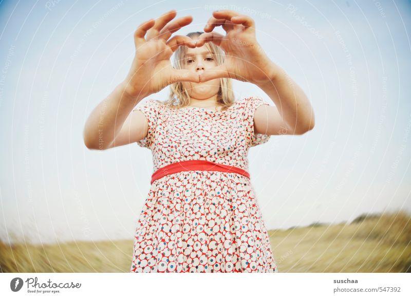 wortlose liebeserklärung Kind Kindheit Mädchen Jugendliche Junge Frau Hand Strukturen & Formen Herz Liebe Sommer Kleid Zuneigung Valentinstag ohne Worte