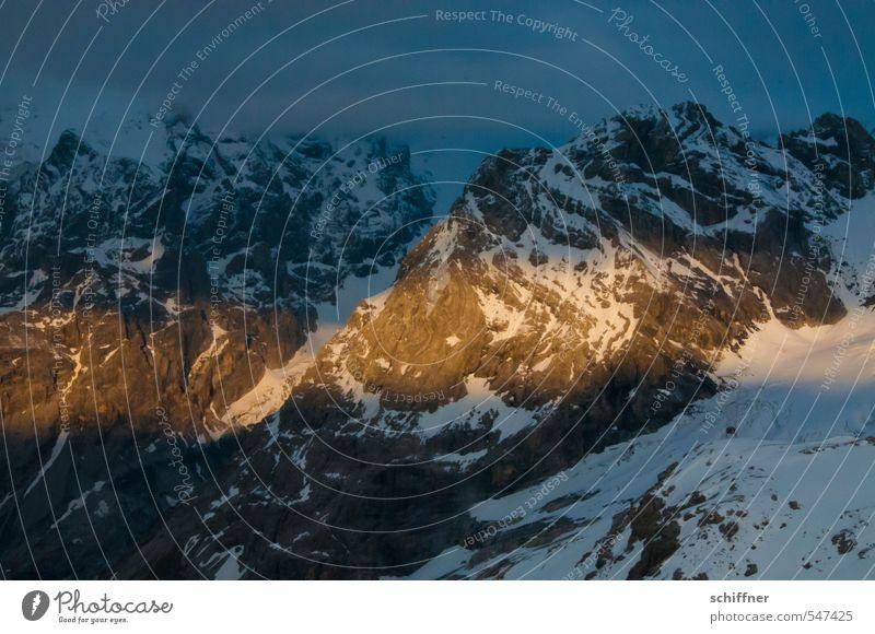 Lichtblick Umwelt Natur Landschaft Wolken Nachthimmel Sonnenlicht Felsen Alpen Berge u. Gebirge Gipfel Schneebedeckte Gipfel gelb gold Bergkette