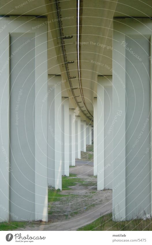 under the bridge °2 Brückenpfeiler Architektur brückenpfosten