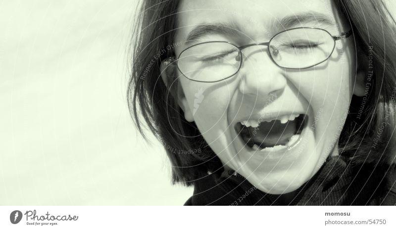 ...zahnlos Kind Mädchen Brille Zahnlücke schreien Schulkind Kopf portait Detailaufnahme
