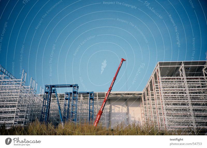 baustelle Baustelle Kran Gebäude Industriefotografie Stadt Himmel Sommer bauen Baugerüst Lagerhalle crane build building Sonne blau Schönes Wetter sky sun