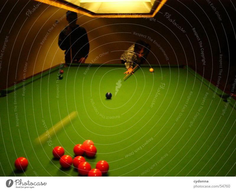 Im Billiardraum Mensch grün rot Spielen Bewegung Lampe Freundschaft Raum Tisch Konzentration Kugel Billard stoßen Gegner Queue Snooker