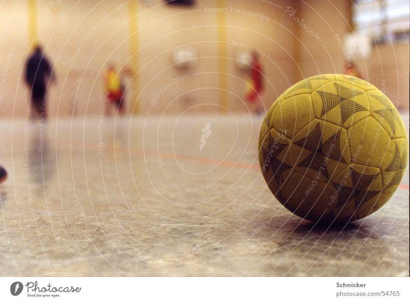Hallenball Ball gelb Fußball Lagerhalle Sport football futsal