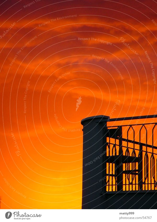 Gewitter kommt Sonne rot schwarz Wolken gelb Erholung Stimmung Romantik Stuhl Italien Balkon Gewitter Fernweh Abenddämmerung Rimini