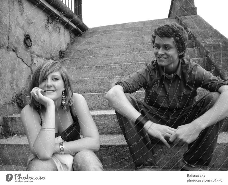 The Day of Happiness Frau Mann Jugendliche Mädchen lachen sitzen Treppe