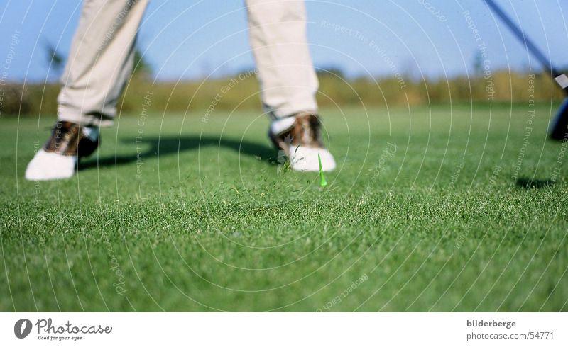 drive Flugbahn Golfschwung Holz 1 Golfer Abschlag Golfplatz grün Golfschuhe Kraft Golfball Grasnarbe Sportrasen Freude Spielen fairway golftee schnellkraft