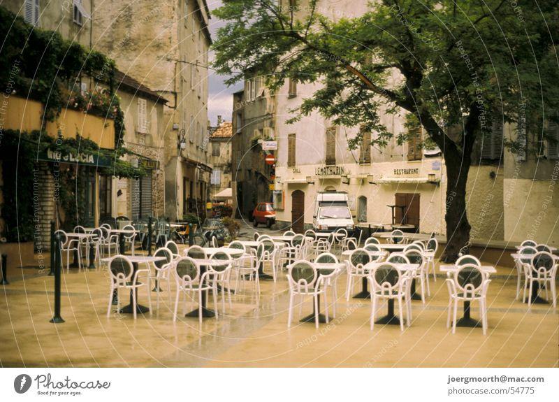 Dorfplatz auf Korsika Ferien & Urlaub & Reisen Tisch Stuhl Haus Stadt Baum Platz Abenddämmerung caffee Regen Wetter Stadtzentrum