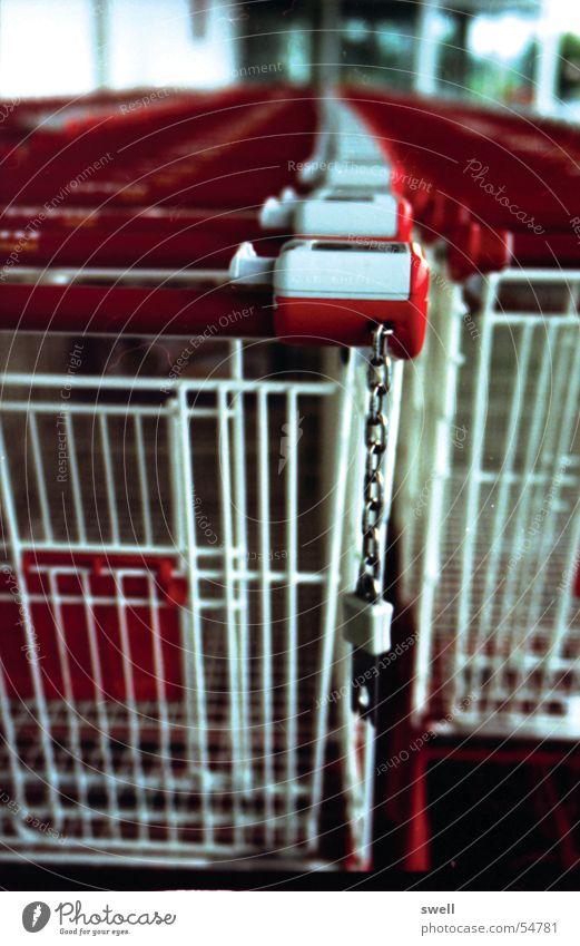 Festgekettet Einkaufswagen Supermarkt Kette Reihe kunsum