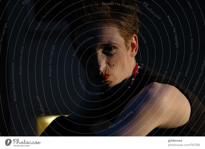keine lust dunkel Nacht schwarz rot weiß Porträt Fenster Haare & Frisuren schmollen Ferne Mondschein Abend Dämmerung woman Punk Gesicht blau Nase Haut