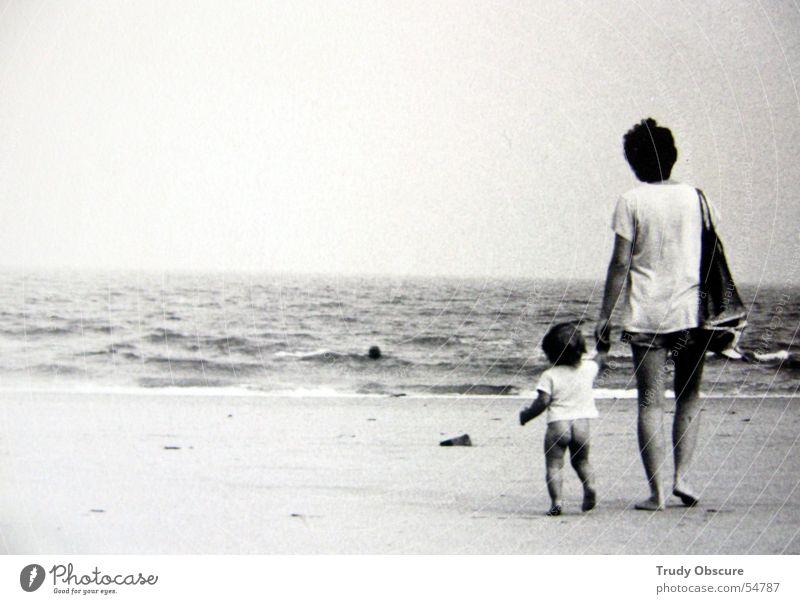 ocean breathes salty... Frau Kind Himmel Hand weiß Meer Strand schwarz Sand Beine Wellen Horizont Eltern T-Shirt Familie & Verwandtschaft Wasser