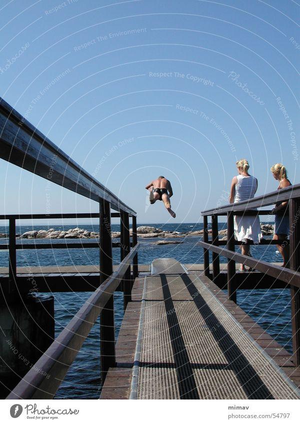 Kopfsprung von hinten Meer blond Luftverkehr Schwimmbad Publikum Dänemark Sprungbrett Bornholm
