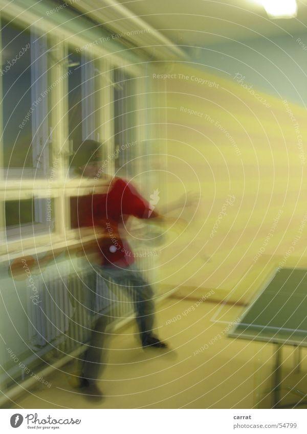 Tabletennis-Geist Tisch Tennis Tischtennis Langzeitbelichtung Fenster Unschärfe Spielen Geschwindigkeit gelb Licht dunkel Heizkörper Mann table