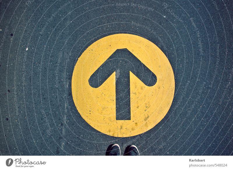 Wohin? Mensch Straße Bewegung Wege & Pfade Schuhe Lifestyle Verkehr Schilder & Markierungen wandern Bodenbelag Hilfsbereitschaft Zeichen Ziel Asphalt Pfeil