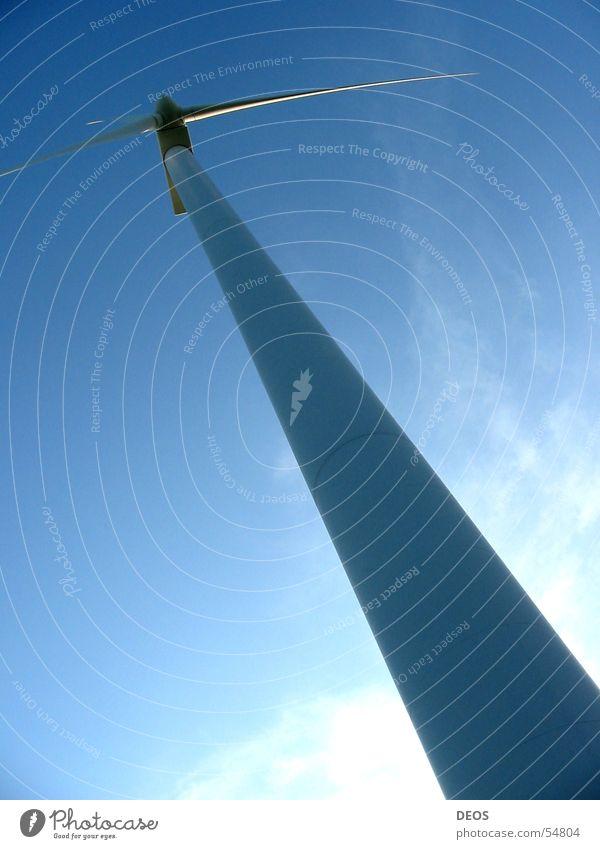 Windkraft Windkraftanlage Froschperspektive Luft Elektrizität windrat verrückt regegenerative energiequelle Energiewirtschaft vestas