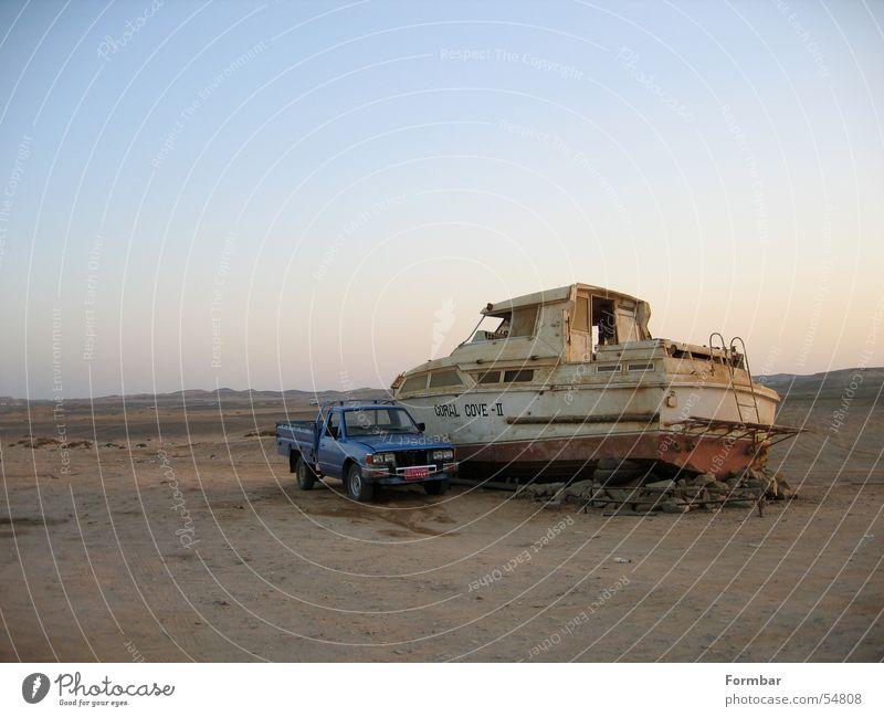 Mein Boot, mein Auto, mein .... alt Himmel Meer Haus PKW Sand Wasserfahrzeug Niveau kaputt Wüste Hafen