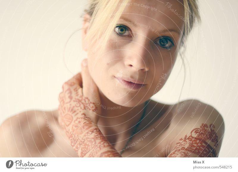 Henna Mensch Jugendliche schön Farbe Hand Junge Frau 18-30 Jahre Erwachsene feminin Haut blond Hochzeit Tattoo exotisch Indien Tradition