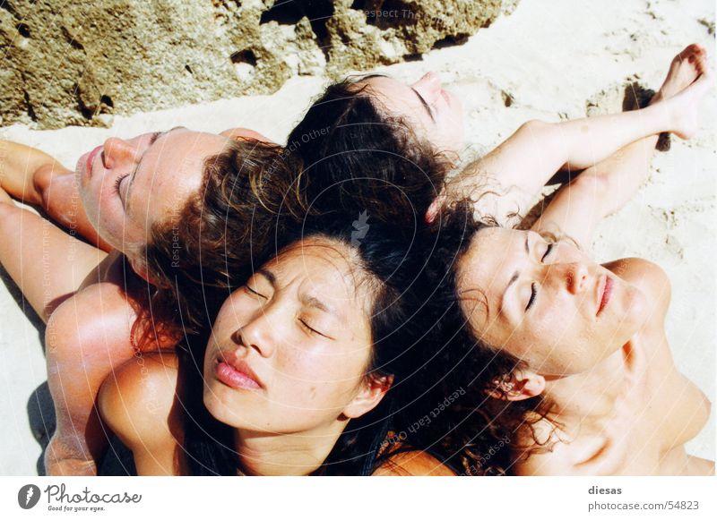 Sonnenanbeterinnen Frau Strand ruhig Erholung feminin Akt Freundschaft Zusammensein offen natürlich Haut Frauenbrust Vertrauen genießen analog Sonnenbad