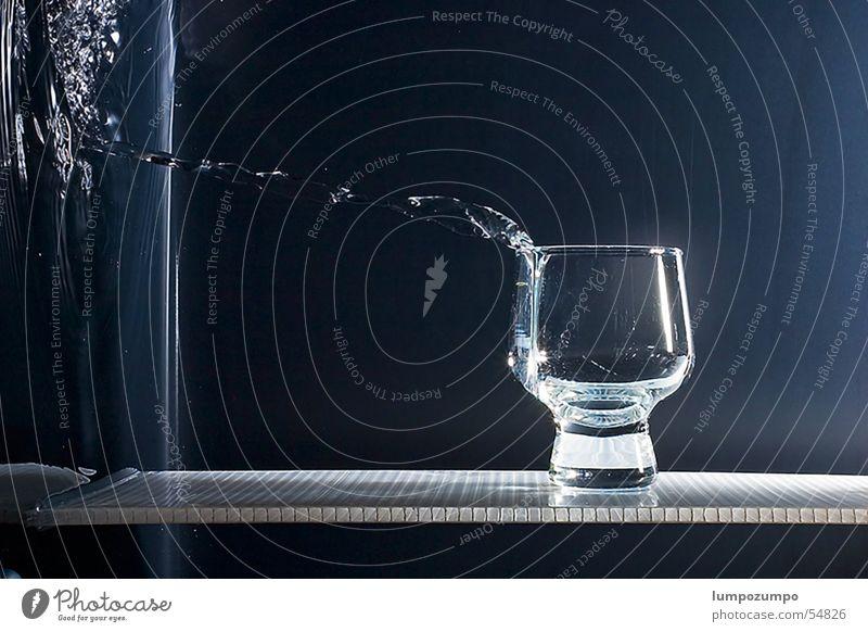 gravity sucks! Wasser Glas Wassertropfen nass Getränk platschen Schwerkraft
