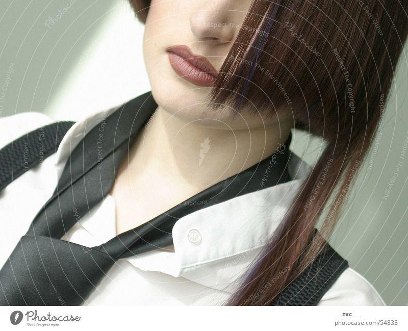 model_01 Frau Jugendliche Haare & Frisuren Mund Junge Frau Beautyfotografie Lippen Hemd brünett falsch Krawatte schick Bildausschnitt Anschnitt Schaufensterpuppe streng