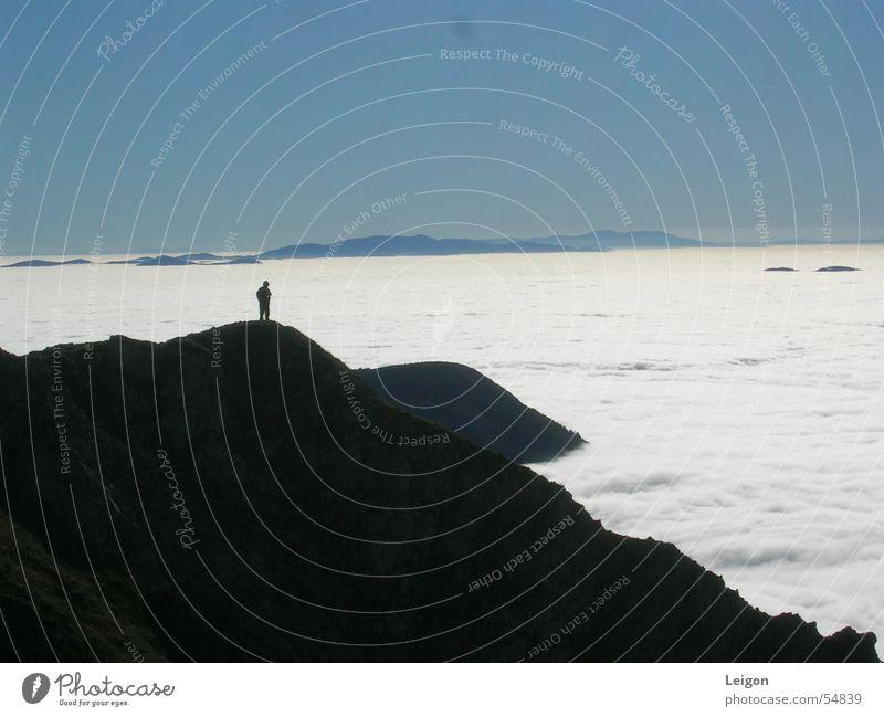 Der einsame Wanderer weiß blau Wolken Einsamkeit dunkel Herbst wandern Gipfel Österreich Wolkendecke Berg Hohe Veitsch