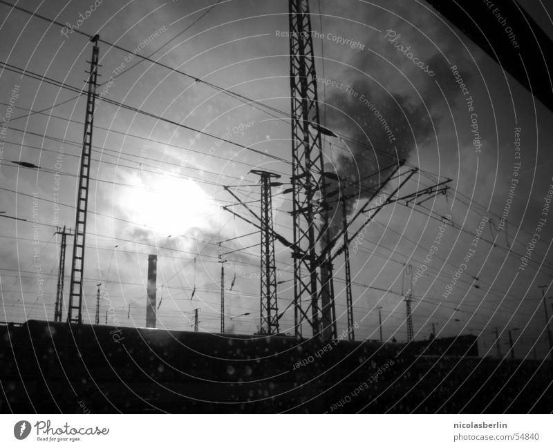 the day after tomorrow (2) Wolken dunkel Smog schwarz weiß Nebel Unterdrückung Außenaufnahme Fabrik Sonne Rauch Schornstein Industriefotografie dreckig Natur