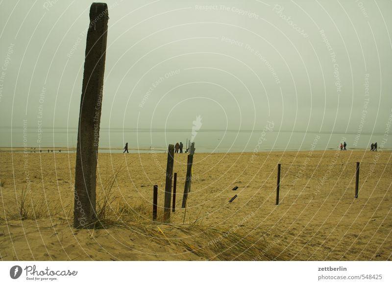 Links deutsch, rechts polnisch Meer Ostsee Ferne Horizont Fernweh Strand Sand Sandstrand Balken Stab Holz Spaziergang Spazierweg Strandspaziergang