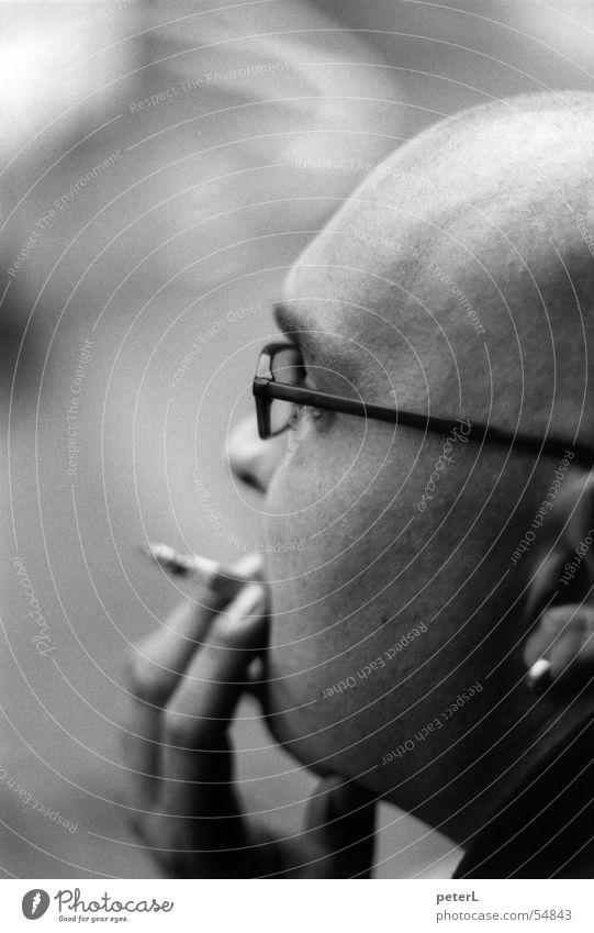 Jann Gesicht Kopf Pause Brille Rauchen Glatze Ohrringe