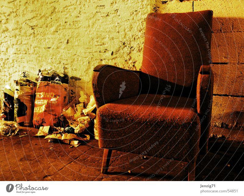 Entspann Dich mal! Erholung ruhig Pause Sessel Müll Müllbehälter sitzen Geruch dreckig waste litter smell punchent stench Übelriechend