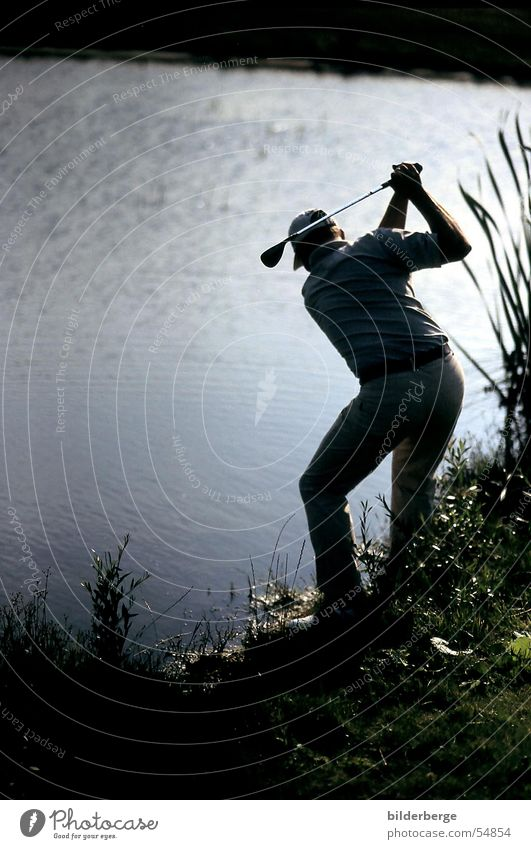 Wasserschlag im Abendlicht Golfschläger Wege & Pfade Golfplatz Golfball grün Flugbahn Golfschwung Gegenlicht Abendsonne Holz 1 Golfer Abschlag Golfschuhe Kraft