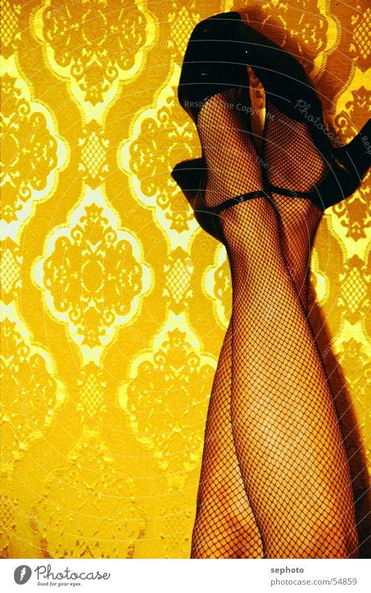 Goldrausch Frau ruhig Erholung Gefühle Beine Zufriedenheit gold Elektrizität retro Netz lang Tapete Strümpfe gemütlich Sechziger Jahre Klassik