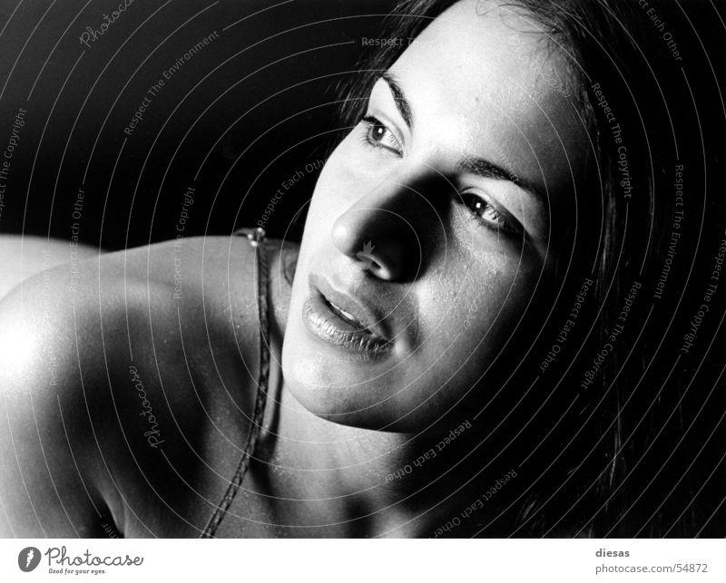 Knowing Frau Unterwäsche Rascheln nackt intensiv planen Studioaufnahme Porträt Haut Elektrizität Akt Blick Inspiration Schwarzweißfoto