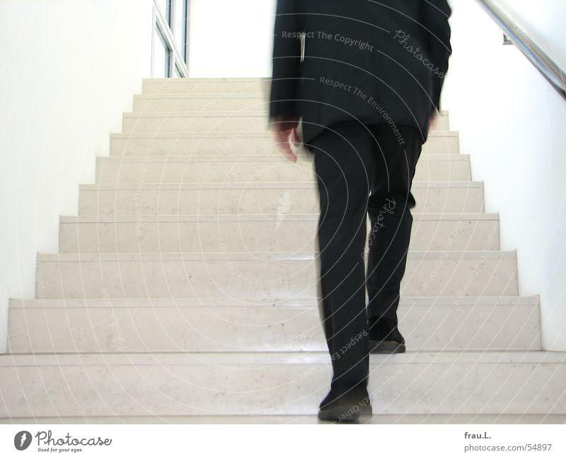 aufwärts Mann Anzug Schuhe Unschärfe gehen Fenster grau Wand Treppengeländer Arbeit & Erwerbstätigkeit Beine Bewegung Arme Business Geschäftsmann