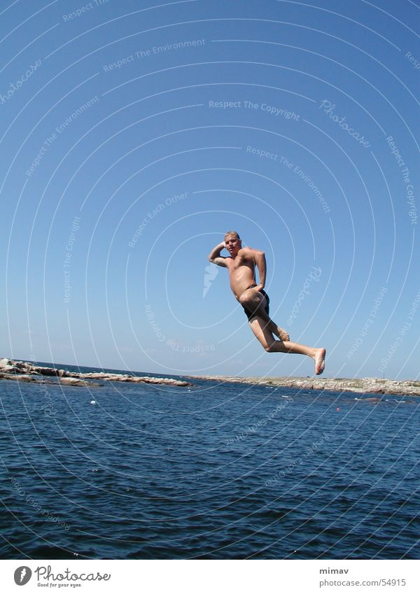 Luftsprungfigur Mann Wasser Himmel Meer blau springen Körper Schwimmbad Badehose Bornholm