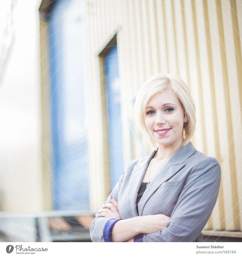 busy. feminin Junge Frau Jugendliche Körper Kopf 1 Mensch 18-30 Jahre Erwachsene Bekleidung Anzug blond kurzhaarig Fröhlichkeit Lebensfreude Begeisterung
