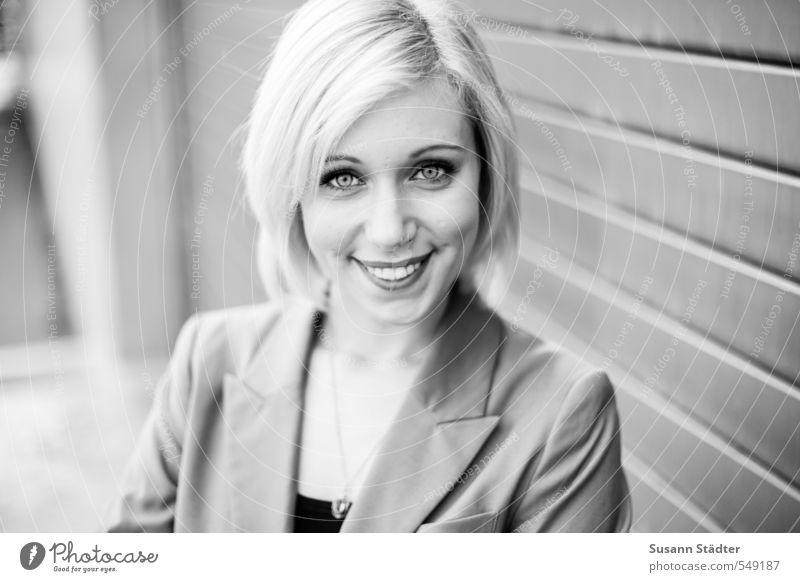 Business feminin Kopf Gesicht 1 Mensch 18-30 Jahre Jugendliche Erwachsene Anzug blond Lächeln bewerben Porträt direkt Freundlichkeit Kette Passbild